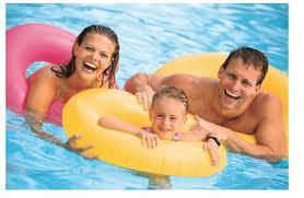 familia feliz piscina